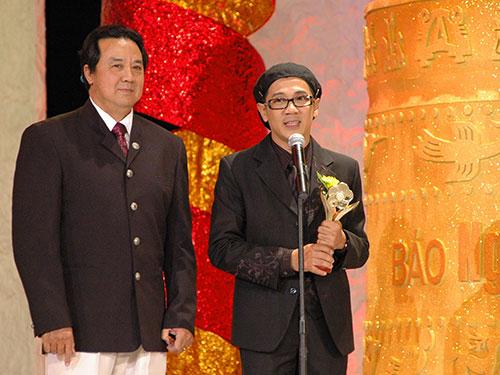 NSƯT Bảo Quốc trao Giải Mai Vàng 2007 cho NSƯT Thành Lộc (phải)  Ảnh: tư lIệu Báo Người Lao Động
