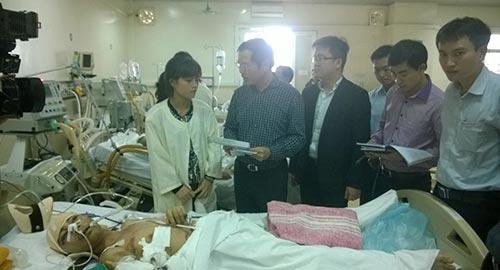 Ông Nguyễn Tiến Đông, Giám đốc PJICO Hà Nội, trao tiền bồi thường tạm ứng cho người nhà nạn nhân