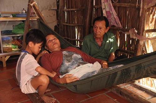 Ông Nguyễn Văn Dũng bên người vợ bị ung thư.