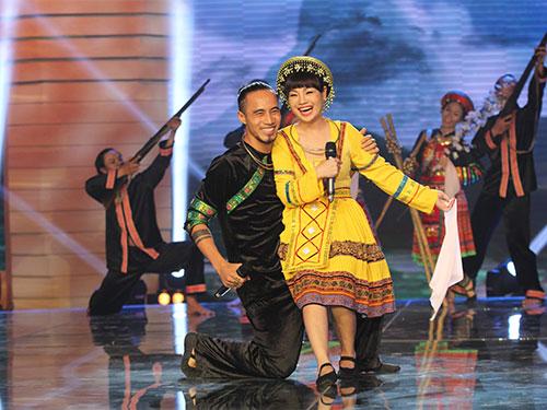 Ca sĩ Phạm Anh Khoa và Ngọc Khuê trong chương trình Giai điệu tự hào Ảnh: Thảo Khâu