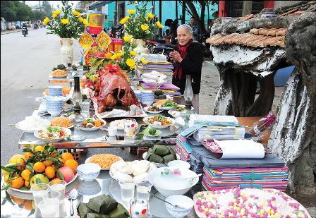 Mâm cỗ cúng xóm chiều 30 Tết ở Huế Ảnh: Cảnh Tăng