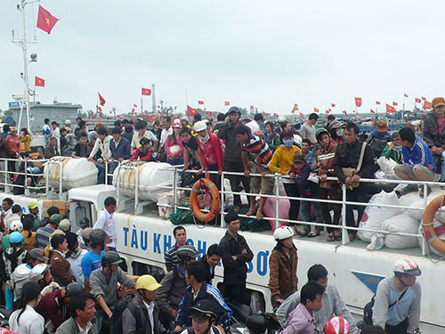 Du khách vẫn rất đông trên các chuyến tàu ra đảo Lý Sơn ngày 2-1