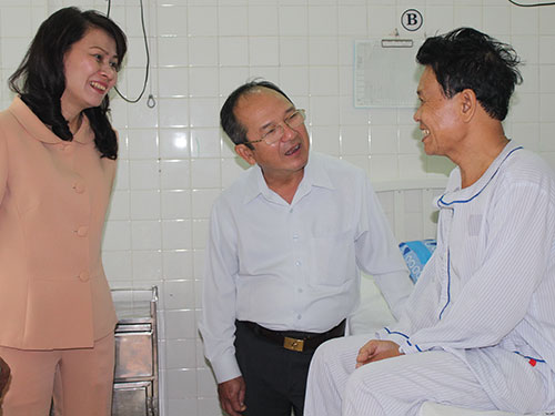 Lãnh đạo LĐLĐ TP và Đảng ủy Khối Dân-Chính-Đảng thăm, tặng quà cho anh Phạm Văn Út tại Viện Tim TP HCM