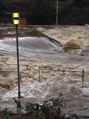 Bão lớn kèm mưa và gió mạnh gây ra lũ lụt. Ảnh: Sydney Morning Herald