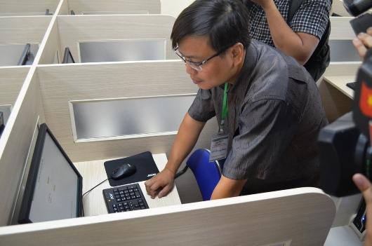 Giám thị kiểm tra máy tính trước giờ thi