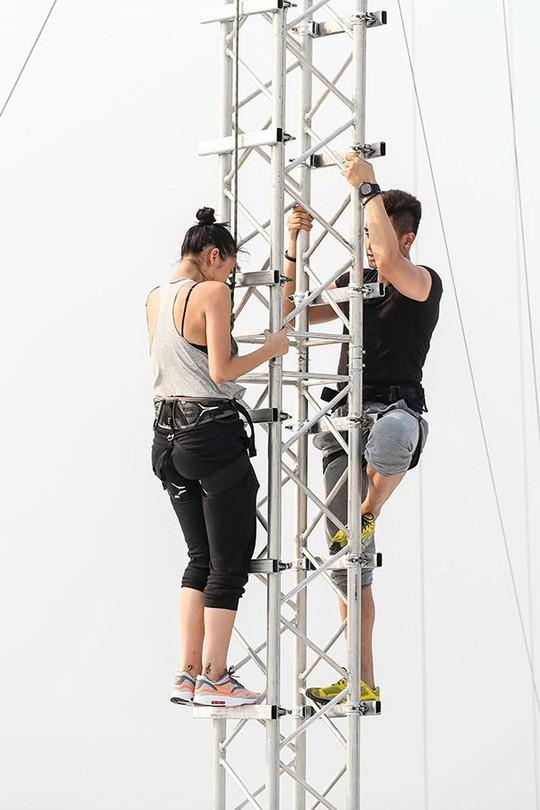 Một cảnh của thử thách trong chương trình Điệp vụ tuyệt mật trên tòa tháp cao nhất Thái Lan. (Ảnh do chương trình cung cấp)