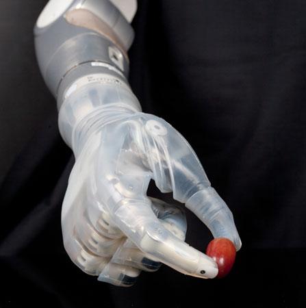 Cánh tay giả thực hiện được nhiều chuyển động phức tạp