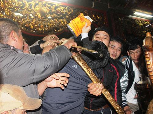 Cảnh cướp lộc phản cảm ở đền Trần (Nam Định) trong ngày phát ấn 5-3 Ảnh: TUẤN MINH