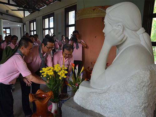 Đoàn cán bộ báo chí TP HCM thăm và thắp hương tưởng niệm liệt sĩ Đặng Thùy Trâm tại Bệnh xá Đặng Thùy Trâm ở tỉnh Quảng Ngãi Ảnh: PHAN ANH