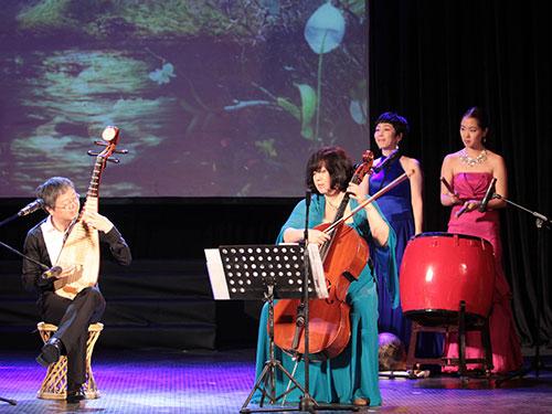 """Gia đình nghệ sĩ Shan Xiang Tu biểu diễn trong chương trình """"Sen đào khoe sắc""""  Ảnh: HOÀNG TRIỀU"""