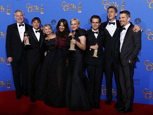 Đoàn làm phim Boyhood tại lễ trao giải Quả cầu vàng lần thứ 72-2015 Ảnh: REUTERS