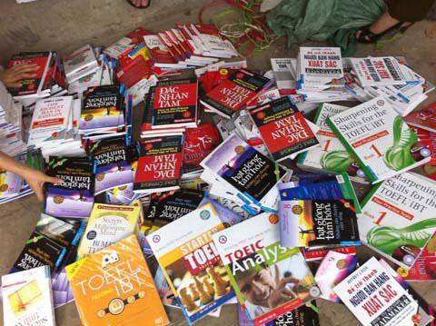 First News - Trí Việt cùng cơ quan chức năng đã thu giữ hàng ngàn bản sách bị in lậu tại Hà Nội, trong đó có tác phẩm Bí mật tư duy triệu phú của NXB HapperCollins. (Ảnh do First News - Trí Việt cung cấp)