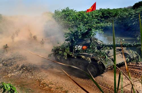 Xe tăng của Lữ đoàn dẫn dắt bộ binh tiến công trong diễn tập hợp đồng quân binh chủng.