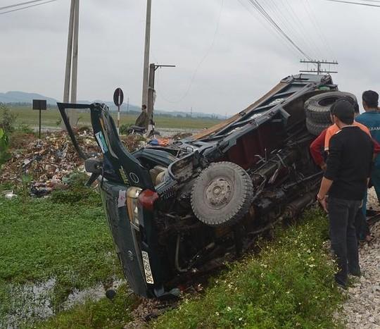Môt xe tải bị tàu hỏa tông bay xuống ruộng vào ngày 9-11-2014, tại xã Diễn Trường, huyện Diễn Châu, tỉnh Nghệ An.