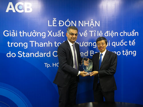 Ông Nguyễn Đức Thái Hân (bên phải) - Phó Tổng giám đốc ACB nhận giải thưởng thanh toán quốc tế