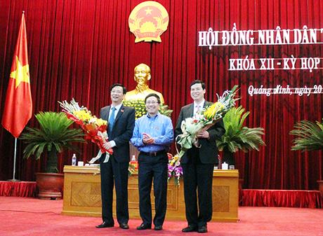 Phó Thủ tướng Phạm Bình Minh chúc mừng hai ông Nguyễn Văn Đọc, Nguyễn Đức Long giữ cương vị mới - Ảnh: Báo Quảng Ninh
