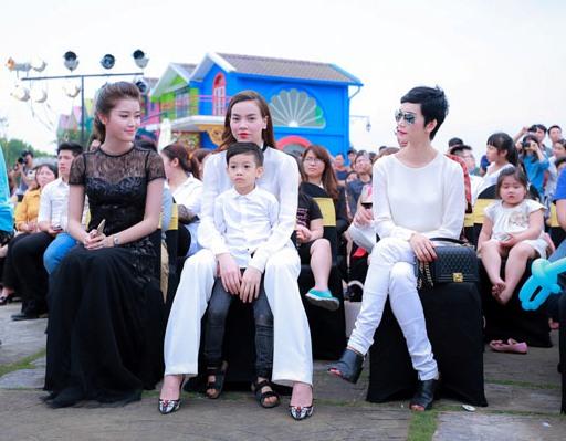 Từ trái qua: Á hậu Huyền My, Hồ Ngọc Hà và con trai, siêu mẫu Xuân Lan
