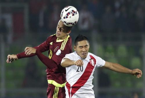 Amorebilesta (trái) bị đuổi, Venezuela đánh mất lợi thế trước Peru