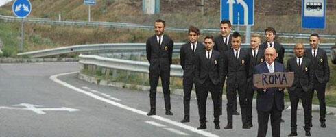 Một người dùng Twitter đăng một bức ảnh các cầu thủ Milan đứng bên cạnh một đường cao tốc đón xe phía sau giám đốc điều hành Adriano Galliani, người đang cầm một bảng hiệu ghi Rome.