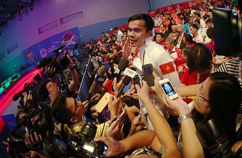 Giành chiếc HCV đầu tiên cho thể thao Việt Nam tại SEA Games, kiếm sĩ Nguyễn Tiến Nhật lại bẽn lẽn trước rừng ống kính báo chi.