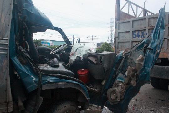 Đầu chiếc xe tải nhỏ nát vụ sau cú tông