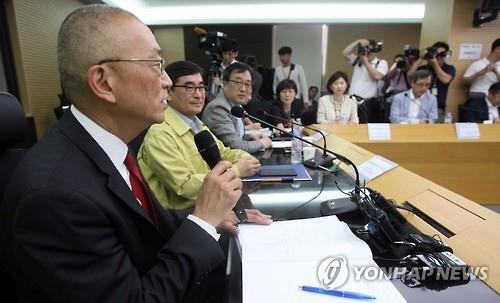 Keiji Fukuda (trái), trợ lý Tổng giám đốc Tổ chức Y tế Thế giới (WHO) và là người dẫn đầu nhóm chuyên gia y tế đến Hàn Quốc, phát biểu tại cuộc họp hôm 9-6. Ảnh: Yonhap