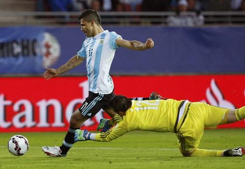Tiền đạo Aguero của Argentina trong trận hòa Paraguay