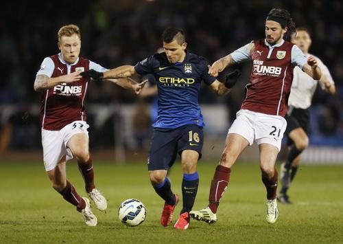 Aguero trong vòng vây các hậu vệ Burnley