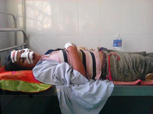 Một nạn nhân trong vụ lật xe công nông ngày 30-1 ở Gia Lai đang được điều trị