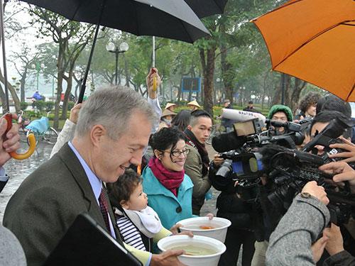 Đại sứ Mỹ tại Việt Nam Ted Osius cùng người dân thả cá chép vàng tại hồ Tây, Hà Nội