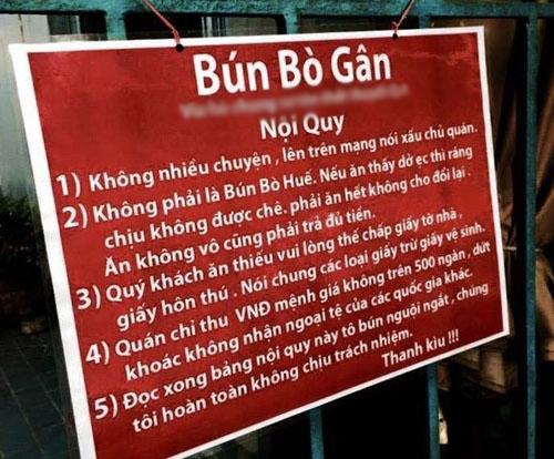 Tấm biển quảng cáo được cho là phản cảm và làm…cản trở giao thông của quán Bún Bò Gân