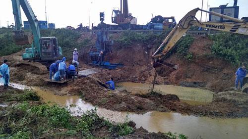 Khắc phục sự cố đường ống nước sông Đà (Ảnh: Vnexpress)