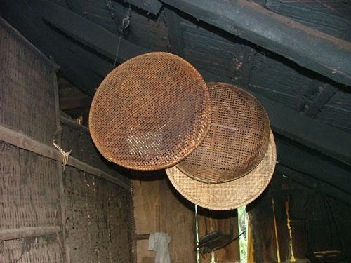 Lũy tre không chỉ che chở cho làng mà còn giúp con người làm ra nhiều vật dụng có ích