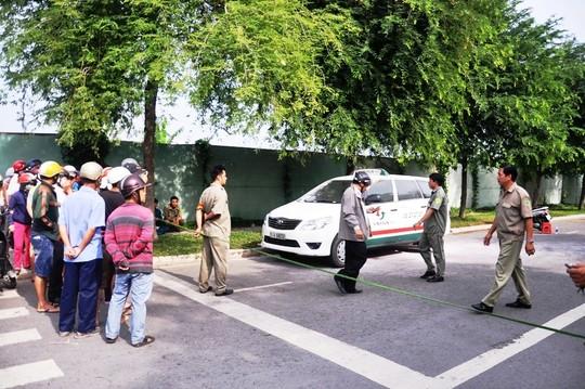 Người dân hiếu kỳ đến xem một tài xế chết trong xe taxi, vào ngày 28-7