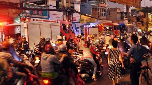Vụ cháy nhà gây kẹt xe nghiêm trọng