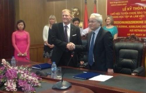 Đại diện Colab và Vivantes ký thỏa thuận tuyển chọn, đào tạo và đưa điều dưỡng viên sang Đức làm việc. Ảnh: Anh Giang