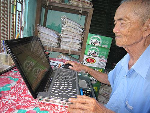 Dù lớn tuổi nhưng ông Nguyễn Xuyến vẫn làm việc bằng máy tính rất thành thạo