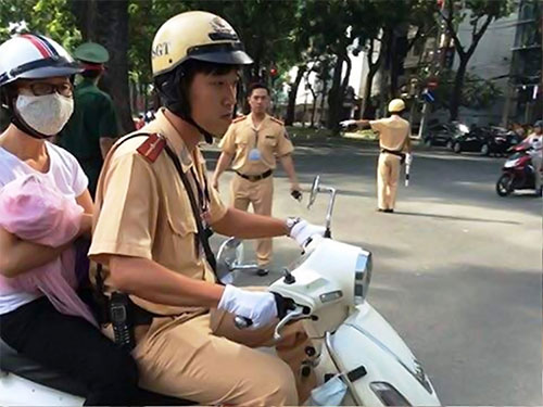 CSGT đưa người dân đến bệnh viện trong thời điểm phong tỏa các tuyến đường trung tâm TP Ảnh: LÊ PHONG