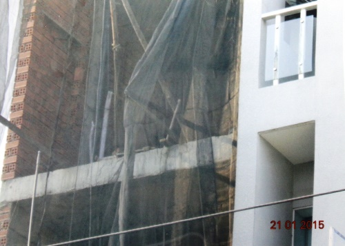 Một vụ xây nhà làm ảnh hưởng đến nhà hàng xóm. Ảnh: TRƯỜNG HOÀNG