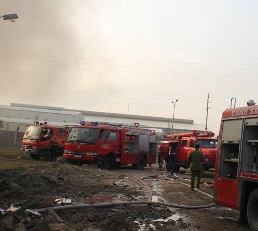Hàng chục xe cứu hỏa có mặt tại hiện trường tham gia chữa cháy. Ảnh: Phê Nguyễn.