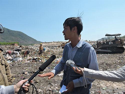 Anh Trần Văn Toàn trình bày việc phát hiện một vật giống với nguồn phóng xạ bị mất Ảnh: NGỌC GIANG