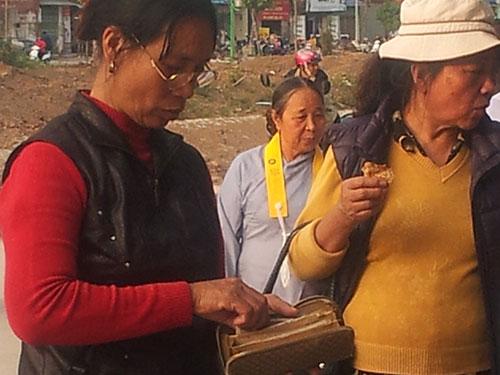 Đổi tiền lẻ công khai ở chùa Bằng, TP Hà NộiẢnh: HÀ PHƯƠNG