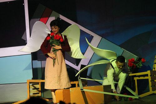Cảnh trong vở Cần có ai đó để yêu thương trên Sân khấu IDECAF. (Ảnh do ê-kíp vở diễn cung cấp)