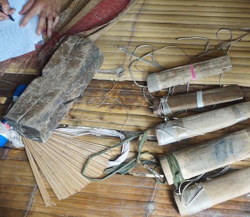 Một số vỏ đựng các con dao cơ quan công an thu giữ được tại lán của Vi Văn Hai.