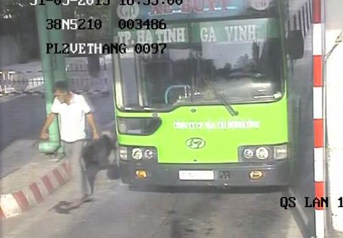 Ảnh đối tượng Đức cẩm dao nhảy khỏi xe buýt được camera tại Trạm thu phí cầu Bến Thủy ghi lại.