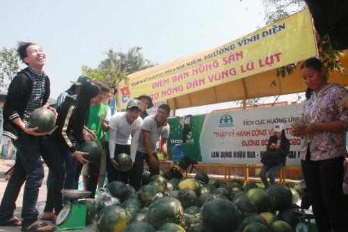 Một nhóm tình nguyện bán dưa hấu giúp người dân tỉnh Quảng Nam trong đợt lũ vừa qua nhưng hiện tại dưa hấu Quảng Nam không còn nữa