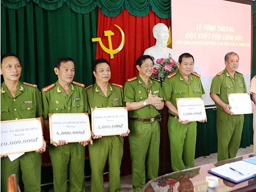 Lãnh đạo Công an tỉnh Bình Dương trao thưởng cho các đơn vị tham gia phá đường dây làm giấy tờ giả