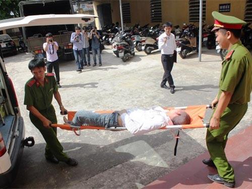 Bị cáo Lê Đức Đệ được đưa ra xe cứu thương