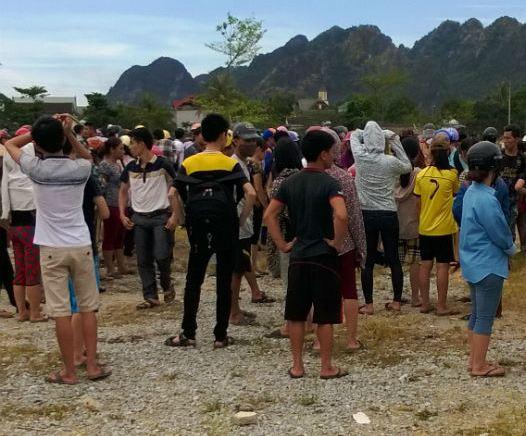Rất đông người dân tập trung tại hiện trường vụ nổ. Ảnh: Thái Cao