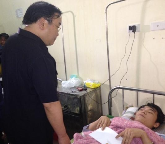Phó Thủ tướng Hoàng Trung Hải thăm hỏi các công nhân gặp nạn đang điều trị tại BV Đa khoa Hà Tĩnh. Ảnh: CTV